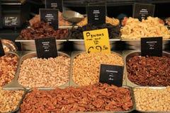 Frische Nüsse auf einem Marktstall Stockbild