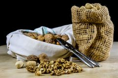 Frische Nüsse in einem Jutefaser bauschen sich auf einem hölzernen Küchentisch Italienische Haselnüsse in der Küche vor Weihnacht Lizenzfreie Stockfotos