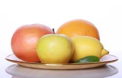 Frische nützliche Früchte auf Spiegeltabelle Stockbild