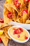 Frische Nachos mit Käse-Soße Lizenzfreies Stockbild