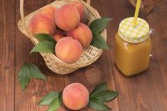 Frische neue Ernte der Pfirsiche mit Blättern Stockfotografie