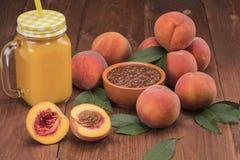 Frische neue Ernte der Pfirsiche mit Blättern Stockbild