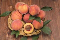 Frische neue Ernte der Pfirsiche mit Blättern Stockfotos