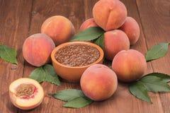 Frische neue Ernte der Pfirsiche mit Blättern Stockfoto