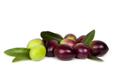 Frische Oliven und Blätter über Weiß Stockfotos