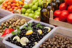 Frische Oliven und Schmieröl Lizenzfreie Stockfotografie