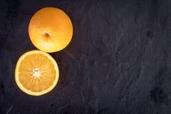 Frische Orange auf dunklem Hintergrund Lizenzfreies Stockfoto