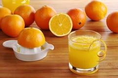 Frische Orange auf Saft lizenzfreies stockbild