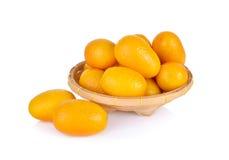 Frische Orange der japanischen Orange im Bambuskorb und auf weißem Hintergrund Stockfotos