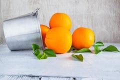 Frische Orange im Korb auf weißem hölzernem Hintergrund lizenzfreie stockfotos