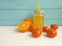 Frische orange Küche des Cocktailfreien raumes geschmackvoll mit weißem und blauem hölzernem des Strohmorgens, Mandarinen stockbilder