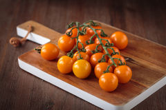 Frische orange Kirschtomaten Stockbild