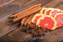 Frische Orange, Zimtstangen und Sternanis auf dunklem hölzernem Hintergrund lizenzfreies stockfoto