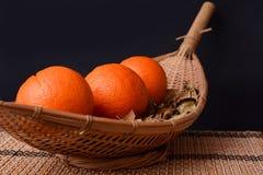 Frische Orangen auf hölzernen Tellern Lizenzfreies Stockfoto