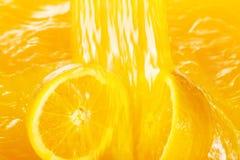 Frische Orangen, die in Saft fallen lizenzfreies stockfoto
