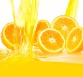 Frische Orangen, die in Saft fallen lizenzfreie stockfotografie