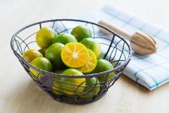 Frische Orangen in einem Korb Stockbild