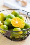 Frische Orangen in einem Korb Stockbilder