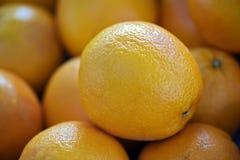 Frische Orangen für Verkauf im Freiluftmarkt Lizenzfreie Stockbilder