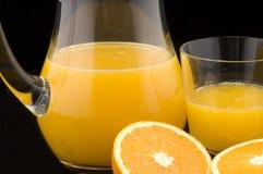 Frische Orangen mit Saft Lizenzfreie Stockfotos