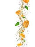 Frische Orangen mit Wasserspritzen Stockbild