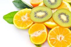 Frische Orangen und geschnitten von der Kiwi Stockbilder
