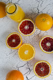Frische Orangen und orange frischer Saft Stockfotografie