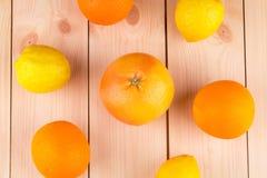 Frische Orangen und Zitronen auf hölzernem Hintergrund Lizenzfreies Stockbild