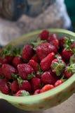 Frische organische Erdbeeren in der grünen Schüssel Gesunder Imbiß Beeren für das Mittagessen Bestandteile für Obstsalat lizenzfreie stockfotos