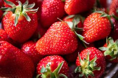 Frische organische Erdbeeren in einer keramischen Platte stockbild