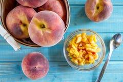Frische organische gelbe Pfirsiche und Pfirsichsalsa Lizenzfreie Stockfotografie