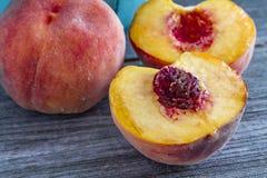 Frische organische gelbe Pfirsiche und Pfirsichsalsa Stockfotos