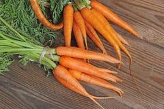 Frische organische Karotten auf hölzernem Hintergrund, selektiver Fokus Lizenzfreie Stockbilder