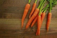 Frische organische Karotten auf Holz Lizenzfreies Stockbild