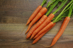 Frische organische Karotten auf Holz Stockfoto