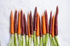 Frische organische Karotten auf Marmoroberfläche stockbild