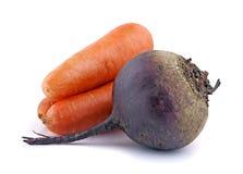 Frische organische Karotten und Rote-Bete-Wurzeln stockbilder