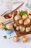Frische organische Kartoffeln in einem rustikalen Korb der Weinlese Stockbild