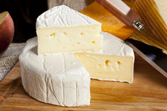 Frische organische weiße Brie Cheese Lizenzfreies Stockfoto