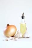 Frische organische Zwiebel, Knoblauch und Olivenöl Lizenzfreie Stockbilder