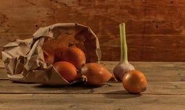 Frische organische Zwiebeln auf einem hölzernen Hintergrund Stockfoto