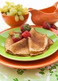 Frische Pfannkuchen (Blini) mit Erdbeeren Stockbild