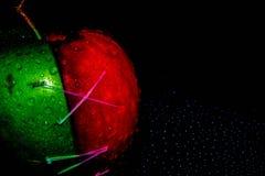 Frische ?pfel auf Schwarzem backgroundgreen und rotes Apple auf ein schwarzen Hintergrund Tapeten, gesunde Nahrung stockbild