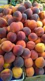Frische Pfirsiche auf Anzeige stockfotografie