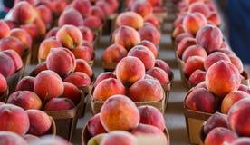 Frische Pfirsiche auf einem Erzeugnisstand lizenzfreies stockbild