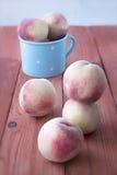 Frische Pfirsiche auf einem Holztisch Stockbild