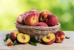 Frische Pfirsiche auf Holztisch Stockfoto