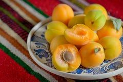 Frische Pfirsiche auf Platte Lizenzfreie Stockbilder