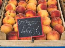 Frische Pfirsiche an einem Landwirt-Markt Lizenzfreie Stockfotos