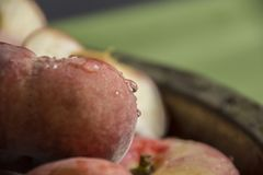 Frische Pfirsiche in einem Schüsselabschluß oben Lizenzfreie Stockbilder